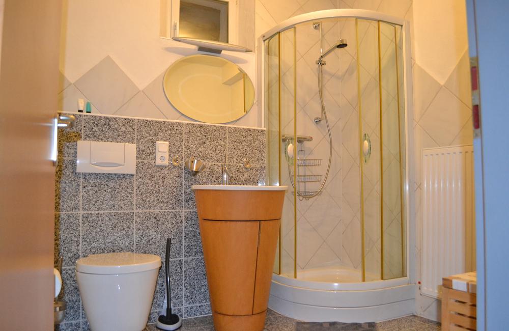 Badezimmer mit Dusche und WC, inklusive Handtücher