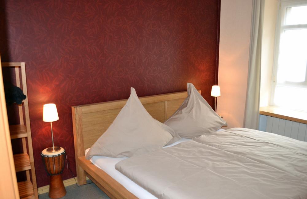 Schlafzimmer mit Doppelbett und inklusive Bettwäsche