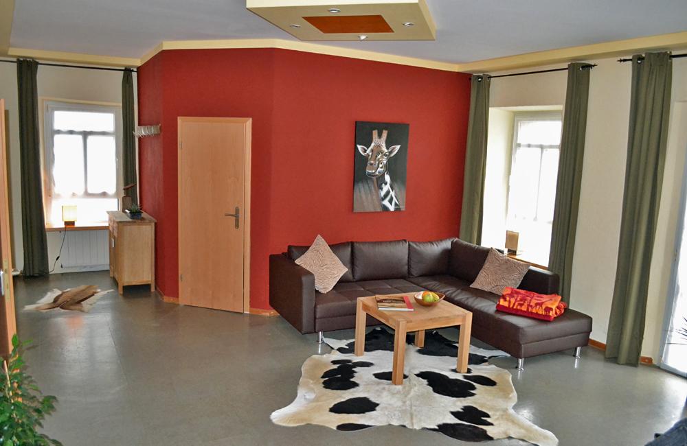 Wohn- und Esszimmer mit moderner Couch und Couchtisch